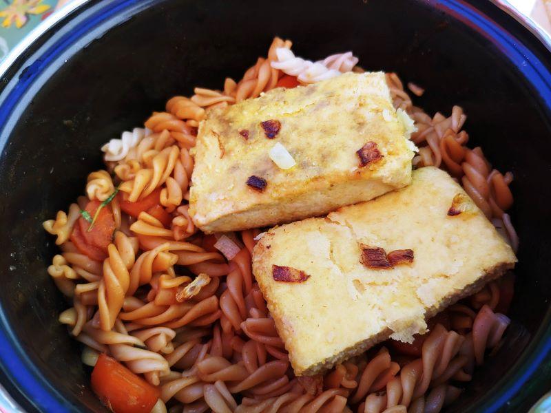 Topf mit Tofu und Nudeln