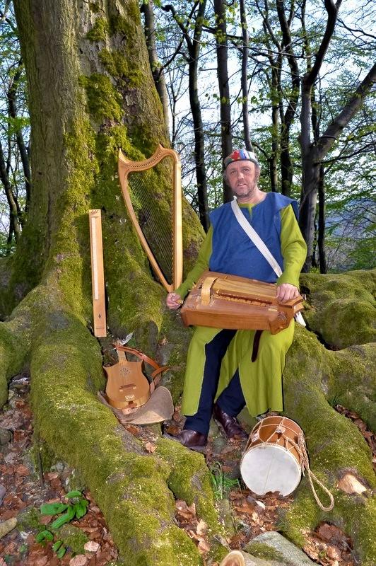 Ioannes Peregrinus mit mittelalterlichen Instrumenten